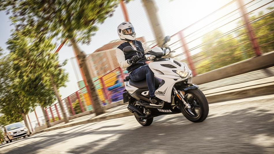 2016-Yamaha-Aerox-R-EU-Absolute-White-Action-004